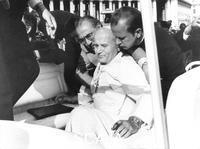 ******** Città del Vaticano, 13 maggio 1981. Attentato al Papa. Giovanni Paolo II sorretto subito dopo essere stato ferito dal colpo di pistola di Mehmet Ali Agca